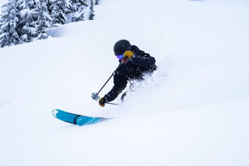 Finn skiing pow